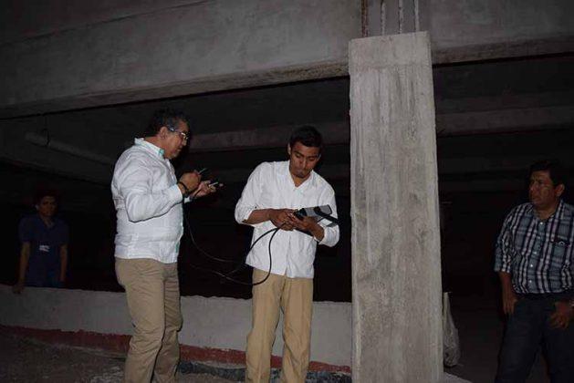Eli Mandujano y Francisco Alonso realizando las pruebas no destructivas para elementos de concreto