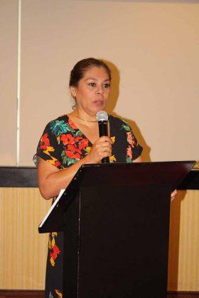 La directora Aremy Espinosa felicitó a los graduados por un nuevo éxito.