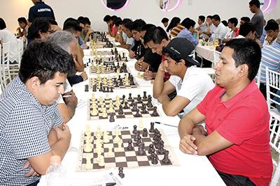El director general de El Orbe, Enrique Zamora Cruz, observando las jugadas de los ajedrecistas.