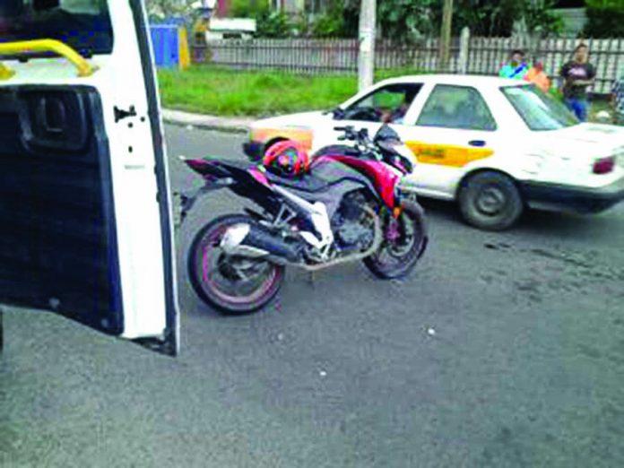 Imprudente Atropella a Motociclista y Huye del Lugar