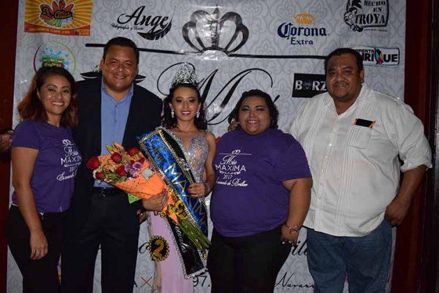 Equipo Máxima 97.9 Alexis Trujillo, Miguel Garibay, Helena Martínez, Miguel Garibay, y la ganadora del certamen Ivette Preciado.