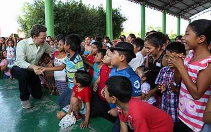 """El gobernador Velasco realizó una visita a esta región, donde además entregó apoyos del programa """"Bienestar, Apoyo a Jefas de Familia"""", y aprovechó para traer un mensaje de unidad y armonía entre las y los chiapanecos"""