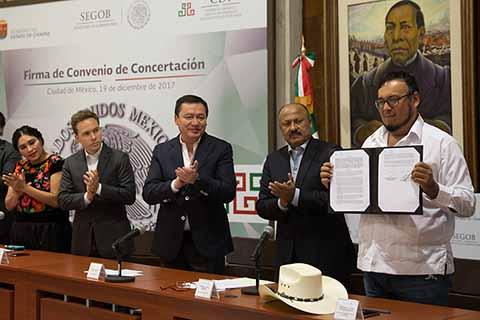 El Secretario de Gobernación Miguel Ángel Osorio Chong y Gobernador del Estado Manuel Velasco Coello, atestiguaron la firma del Convenio de Concertación de la Comisión Nacional para el Desarrollo de los Pueblos Indígenas (CDI) y la Organización Movimiento Social por la Tierra.