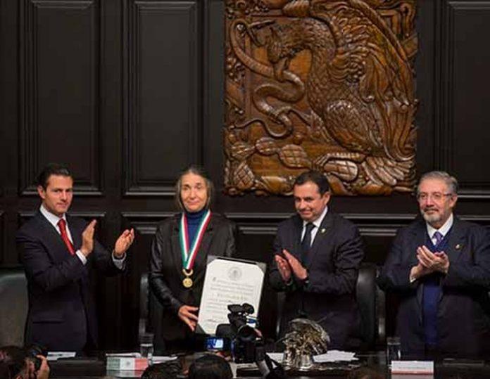 Julia Carabias se ha convertido en la séptima mujer en recibir la Medalla Belisario Domínguez, la máxima distinción que otorga el Estado mexicano a los mexicanos que se han distinguido por su ciencia o como servidores de la patria o de la humanidad.