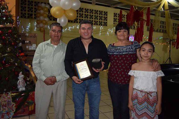 José Luis Hernández Zenteno recibió un merecido reconocimiento por 10 años de lealtad y honestidad en la empresa, lo acompañan sus padres José Luis Hernández, su madre María Guadalupe Zenteno, y su hija Yazmin Alejandra Hernández.