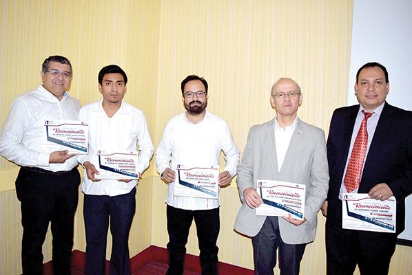Los ponentes recibieron reconocimientos por su participación en este ciclo de conferencias.