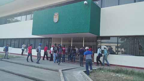 Campesinos de Pavencul Protestan en la Unidad Administrativa