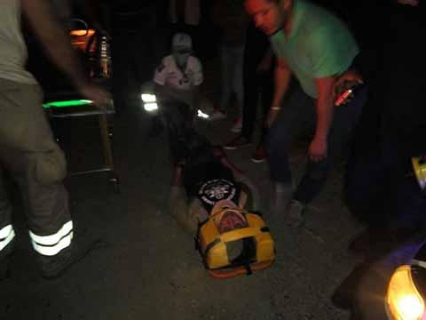 Motociclista Resultó Lesionado al Estrellarse Contra un Taxi Local
