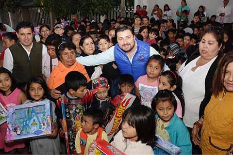 Celebra Fernando Castellanos Día de Reyes en colonias de Tuxtla