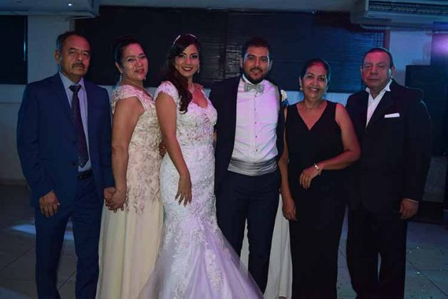 Los recién casados acompañados de sus padres Ángel Ozuna, María Vega, María Teresa Gómez, Alejandro Casanova.