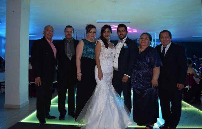 Los novios compartieron su felicidad con Carlos Cajas, Enrique Sánchez, Claudia Casanova, Anita Campos, Ramiro López.
