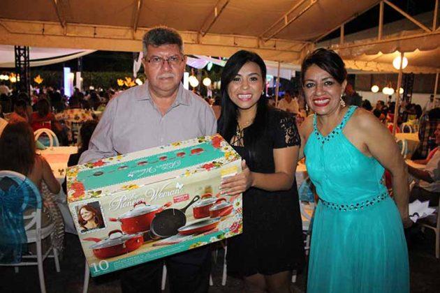 El encargado de la Secretaría General de la Sección XIV, Carlos Rogelio Canel Barredo, entregando uno de los valiosos obsequios que se entregaron.