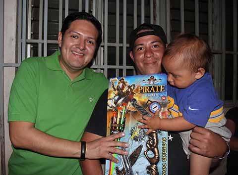 EZM y ERA Entregaron Juguetes a Niños de Colinas del Rey