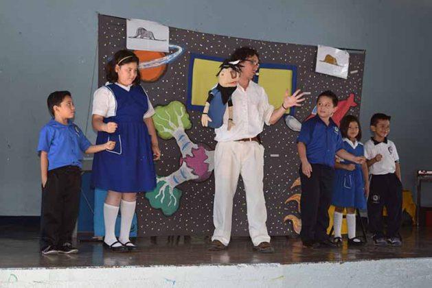Los niños interactuaron con la obra.