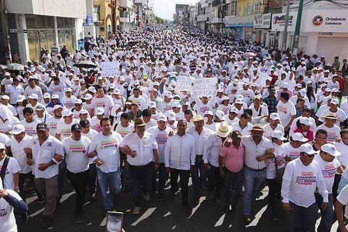 """En el marco de la denominada """"Marcha por la Dignidad, que congregó a miles de personas en las principales calles de la capital chiapaneca, Eduardo Ramírez reiteró que su lucha no es un movimiento electorero, sino un sacudimiento de conciencias, y sentenció, """"mi bandera se llama Chiapas, y es más grande que un color y más grande que un partido"""", ratificó."""