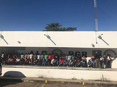 Detienen Autobús de Pasaje con 51 Migrantes Hondureños