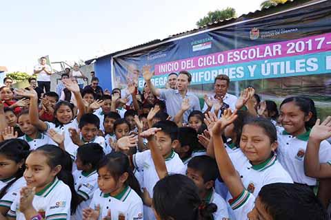 """En Acala, niñas y niños recibieron del gobernador, útiles escolares, uniformes y mochilas gratuitos; ahí mismo el ejecutivo estatal entregó el programa """"Bienestar, Apoyo a jefas de Familia""""."""
