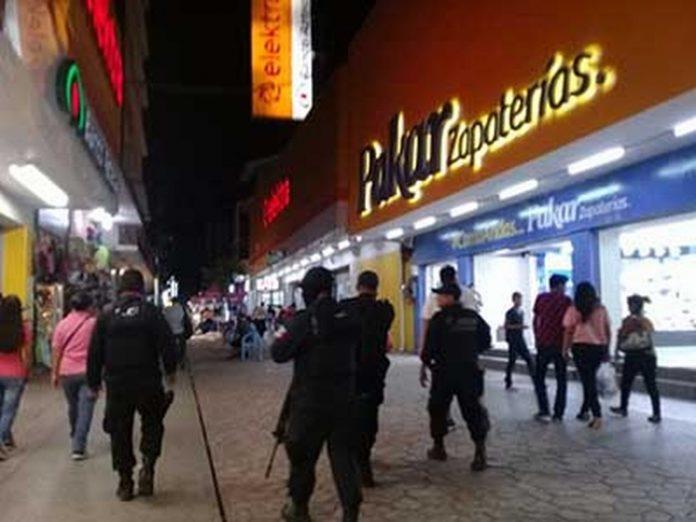 Por instrucciones del Gobernador Manuel Velasco, el Grupo Interinstitucional incrementó en este fin de semana, los operativos y la presencia de las corporaciones policiacas en distintitos sectores de la ciudad, con el objetivo de mantener los índices de seguridad en la región Costa Soconusco.
