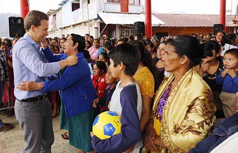 """El gobernador Manuel Velasco encabezó la entrega de """"Bienestar Apoyo a Jefas de Familia"""" en los municipios de Ocotepec, Copainalá y Tecpatán."""