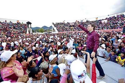 """El Gobernador Velasco se pronunció a favor del fomento a los hábitos saludables de vida, durante la entrega del programa Bienestar """"Apoyo a Jefas de Familia"""" en San Cristóbal de Las Casas"""