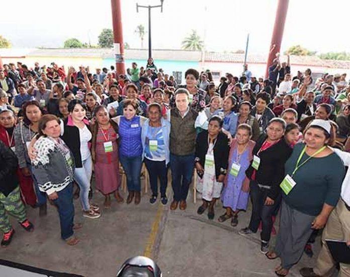 Manuel Velasco y Rosario Robles entregaron viviendas nuevas en el ejido Nueva Palestina, Jiquipilas, donde Tomaron protesta a Comités de Mujeres Vigilantes; ya son más de 6 mil chiapanecas las que los integran; así mismo, destacaron que en Chiapas, más de 6 mil viviendas registran avances y se ha entregado el 90% de las tarjetas.