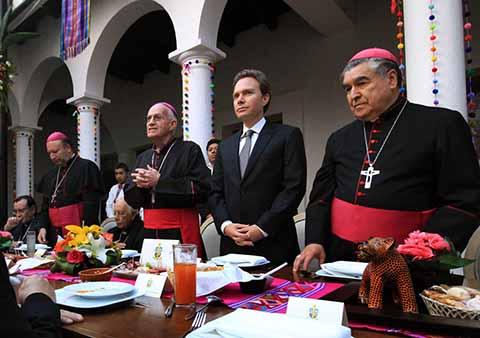 Junto al Nuncio Apostólico, Franco Coppola, el Gobernador dio la bienvenida a monseñor Rodrigo Aguilar y despidió con cariño a monseñor Felipe Arizmendi.