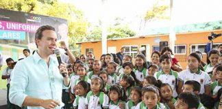 Durante la visita a Huehuetán, Mazatán y Tapachula, también hizo entrega de escrituras a familias damnificadas del huracán Stan, y continuó con entrega de apoyas a las amas de casa.