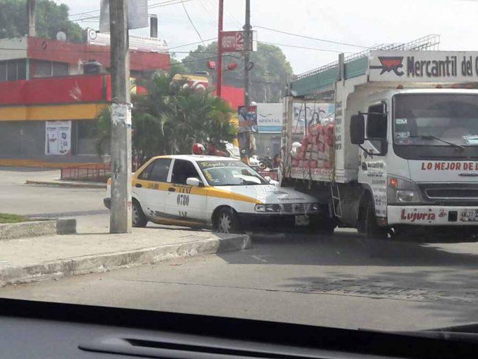 Taxista Imprudente Quiso Rebasar un Camión por la Derecha