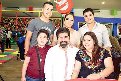 Ildefonso Ochoa Jr., Alexa Ochoa, Carlos Choy, Arturito Ochoa, Ildefonso Ochoa, Lucy de Ochoa.