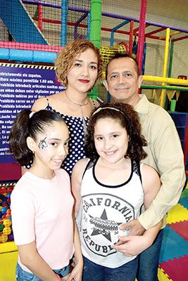 Dr. Francisco Núñez en compañía de su esposa Paty Luna y sus hijas.