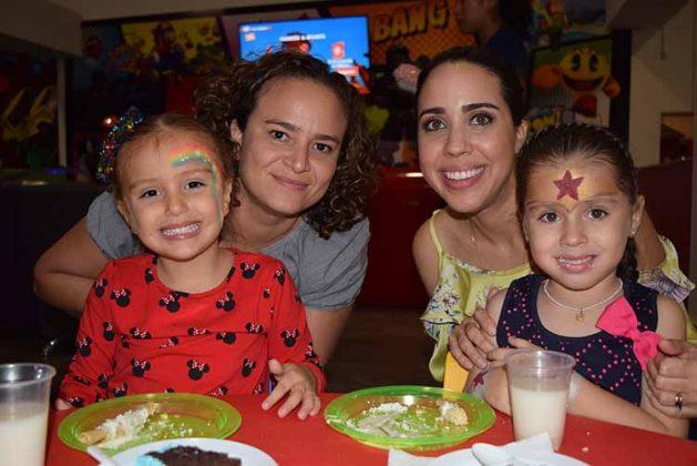 Karina Levet, Martha López, Raquel Maasberg, Regina Villanueva.