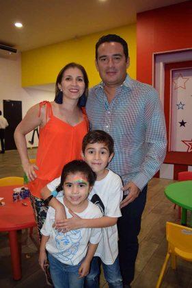 Yamel Levet & Javier Pinto con sus herederos: Javier y Aitana.