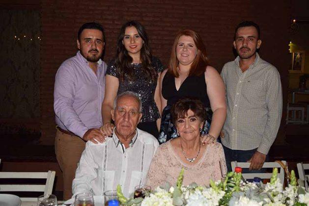 Los Schroeder Bejarano acompañados de sus nietos: Federico Rojas, Marcela Schroeder, Sonia Schroeder, Juan Ángel Rojas.