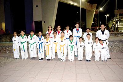 """La Escuela de Taekwondo Panamericano Interdisciplinario """"Las Vegas"""" participando en la celebración."""