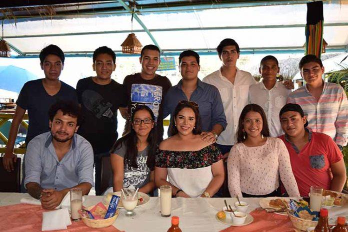 La guapa Alexa Ochoa Mújica, celebró en grande su cumpleaños rodeada de un grupo de amigos