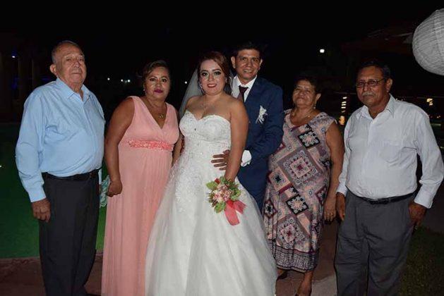 Los novios compartieron la felicidad con sus padres Enrique Gutiérrez, Concepción Moreno, Isidro López, Concepción Montes.