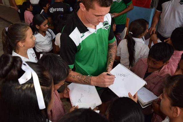 Firma de autógrafos de parte de los jugadores.