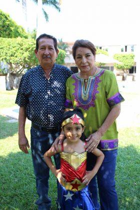 Isabella celebró con sus abuelitos José Luis & Graciela de Díaz.