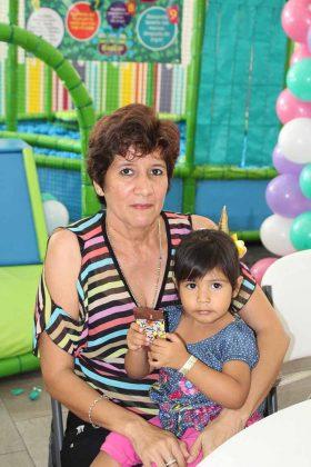 Mía Solórzano, Claudia Amores.
