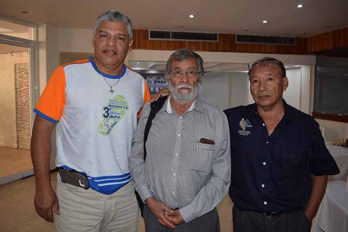 Victor Escobar, delegado de la Secretaría de la Juventud, Recreación y Deporte; Mario Penagos, entrenador de Ajedrez; Enrique Velázquez, presidente de la Asociación de Ajedrez del Estado de Chiapas.