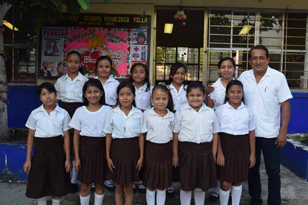 Alumnas de quinto grado junto a su profesor: Esteban Santizo López.