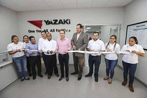 El gobernador Manuel Velasco Coello inauguró la nueva planta maquiladora de auto partes Yazaki, empresa multinacional que generará mil 500 empleos directos y una mayor derrama económica en la región del Soconusco.
