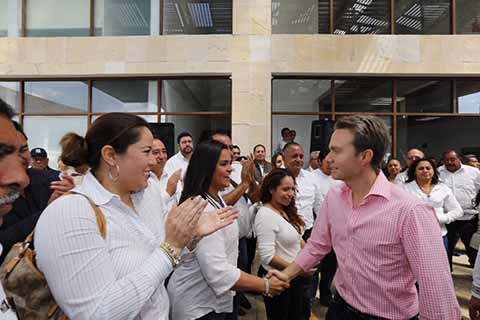 El Gobernador Velasco destacó que con esta obra, se ofrecen oficinas dignas, se libera el tráfico del centro de la ciudad y se apoya al flujo de la actividad turística. También puso en marcha el programa Bienestar Salario Rosa para Jefas de Familia.