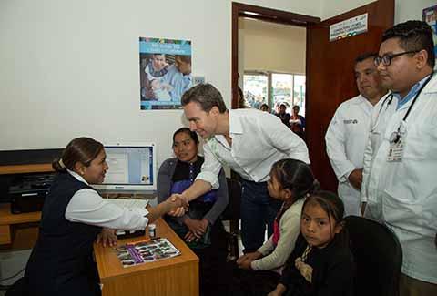 Inaugura el Gobernador nuevo Centro de Salud Microregional en Chamula, donde habitantes de Tzajalchén hacían una hora de camino para recibir una consulta.