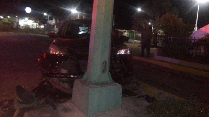 Abandonan Camioneta Chocada en Poste del Semáforo