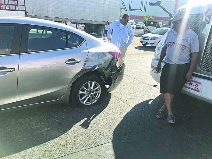Cabezal de Tráiler Impacta a un Lujoso Automóvil