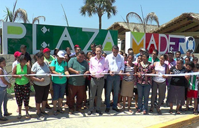 El Gobernador Manuel Velasco junto con al senador Luis Armando Melgar, develaron la placa inaugural de la Plaza Madero, que forma parte de las acciones de rescate del malecón en Puerto Madero.