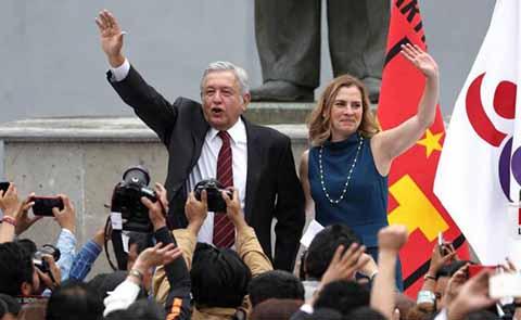 """El candidato de la coalición """"Juntos Haremos Historia"""", recibió los documentos el consejero presidente del INE, Lorenzo Córdova."""