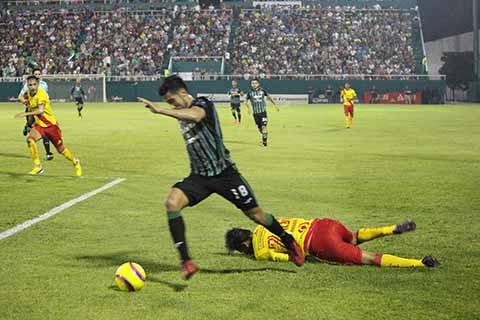 """Los 21,100 aficionados tapachultecos celebraron con júbilo en el estadio """"Manuel Velasco Coello"""", el contundente marcador 4-2, que el equipo de casa anotó al Monarcas."""