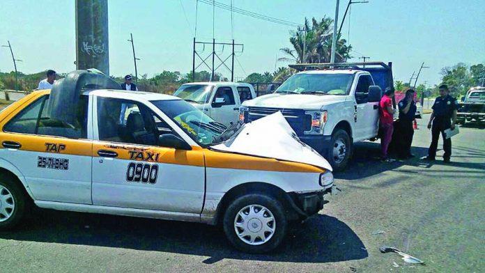 Taxi y Particular Chocaron en el Libramiento Sur